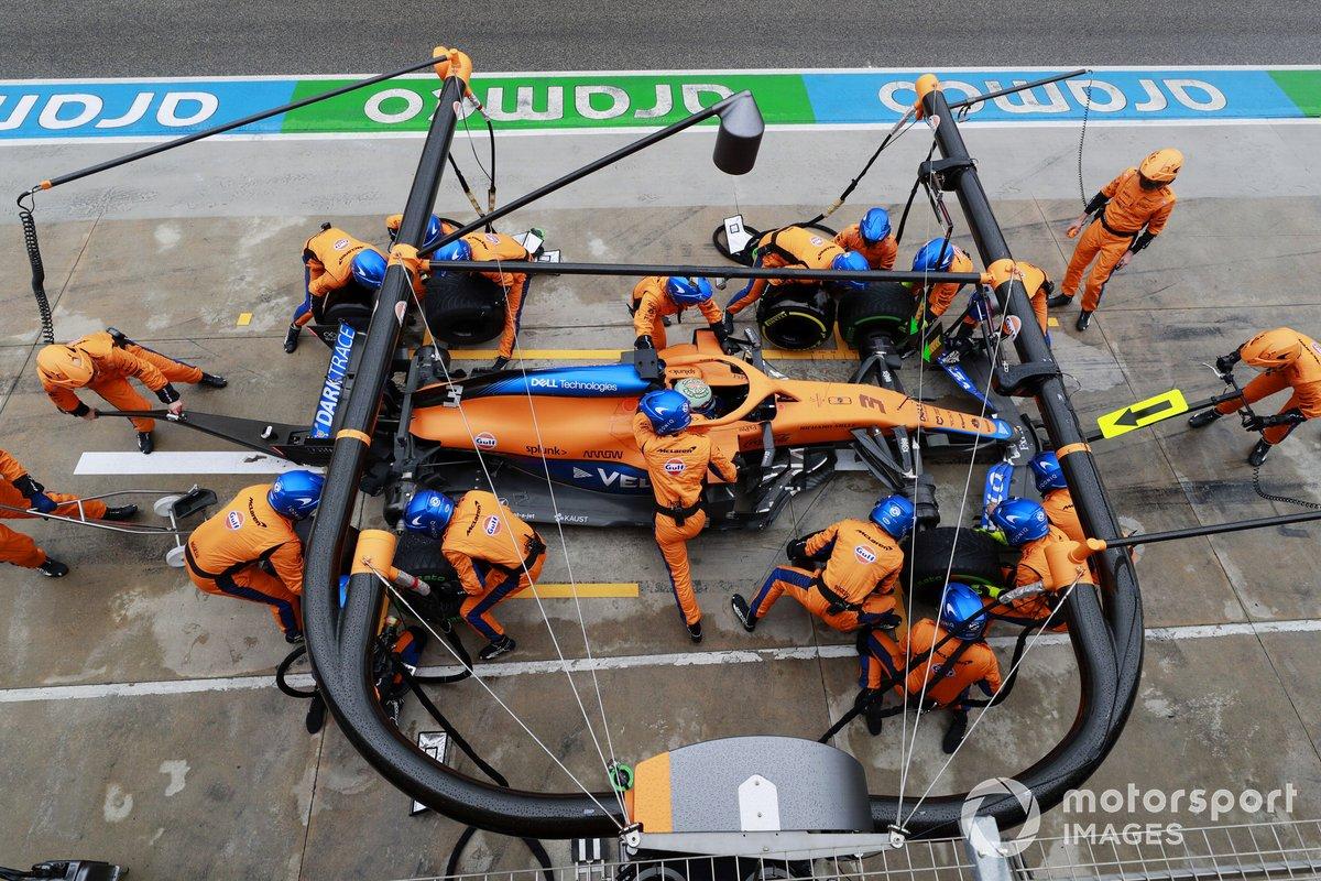 Daniel Ricciardo, McLaren MCL35M pit stop