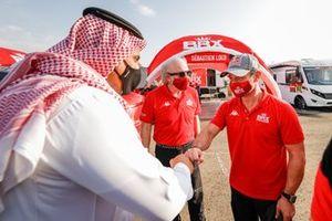 El príncipe Khalid Bin Sultan Abdullah Al Faisal, presidente de la Federación saudí de motor, David Richards, director de Bahrain Raid Extreme, Sebastien, Bahrain Raid Xtreme