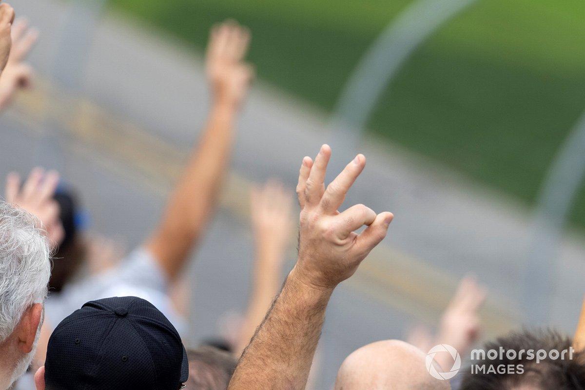 Saludando a Dale Earnhardt en la vuelta 3