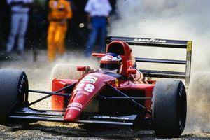 Jean Alesi, Ferrari 643, takes a trip through the gravel trap