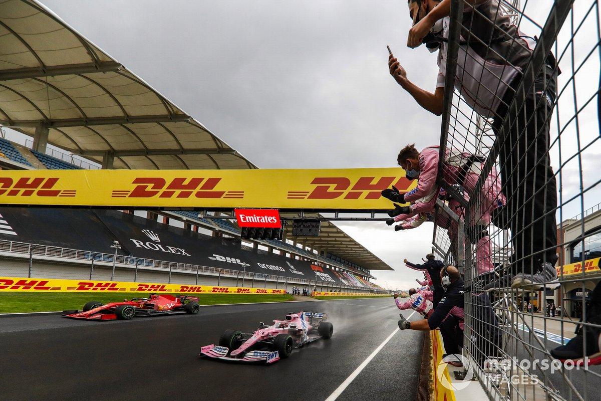 Sergio Pérez, Racing Point RP20 y Sebastian Vettel, Ferrari SF1000, cruzan la meta