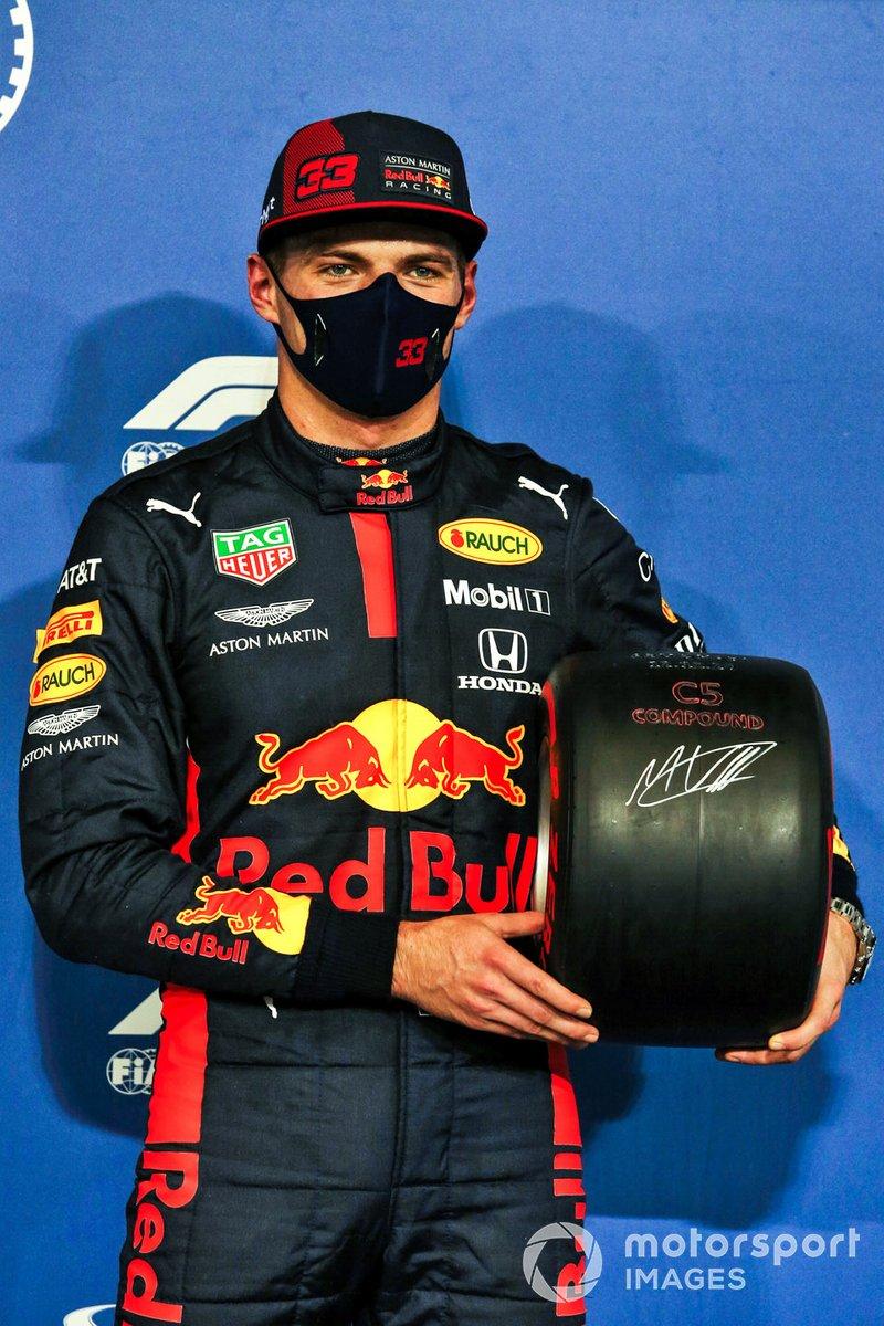 Ganador de la pole Max Verstappen, Red Bull Racing, con el premio de la Pole Position