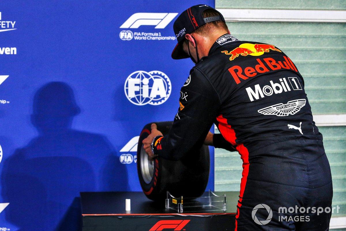 Ganador de la pole Max Verstappen, Red Bull Racing, levanta el premio de la Pole Position
