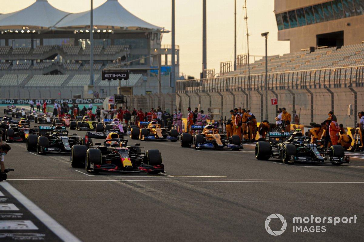 Max Verstappen, Red Bull Racing RB16, Valtteri Bottas, Mercedes F1 W11, Lewis Hamilton, Mercedes F1 W11, Lando Norris, McLaren MCL35, se preparan para liderar el campo mientras los mecánicos despejan la parrilla