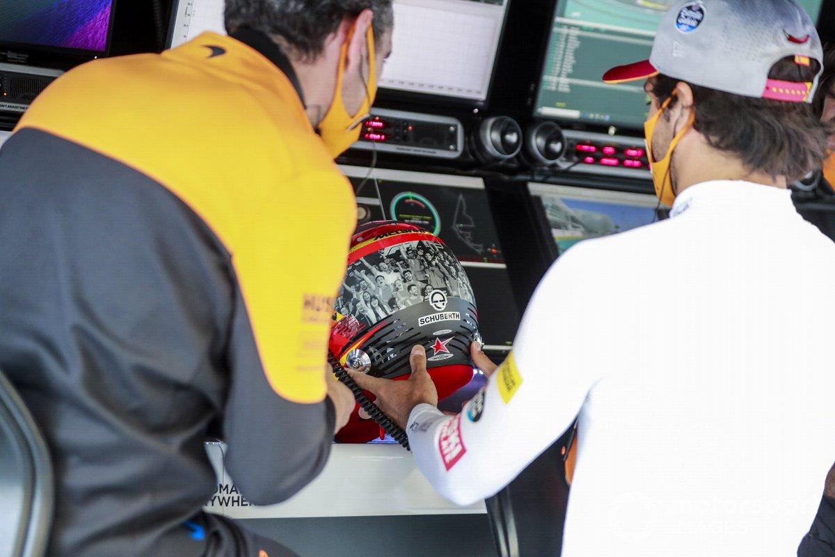 Carlos Sainz Jr., McLaren, con un casco speciale