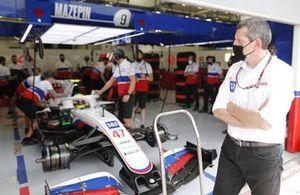 Mick Schumacher, Haas VF-21 and Guenther Steiner