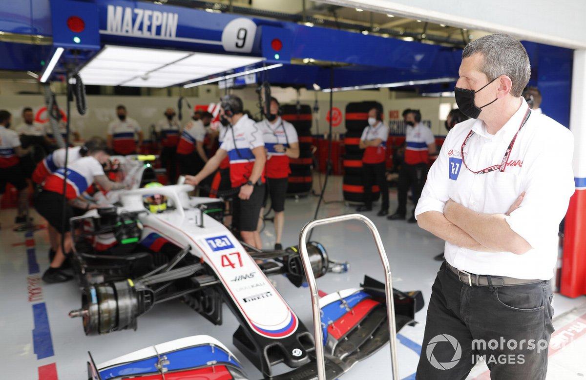 Mick Schumacher, Haas VF-21 e Guenther Steiner