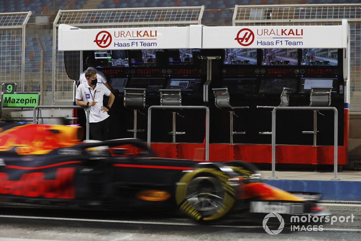 Mick Schumacher, Haas F1, observa a Max Verstappen, Red Bull Racing RB16B, desde su punto de vista en el muro de boxes