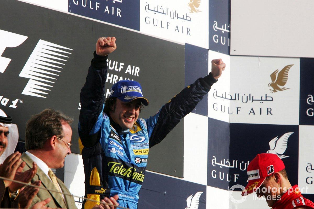 El ganador Fernando Alonso, Renault, celebra en el podio
