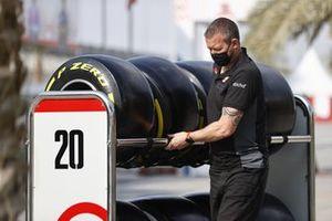 Un ingénieur Haas avec des pneus Pirelli