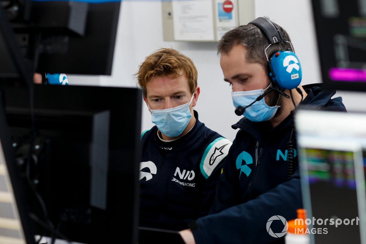 Oliver Turvey, NIO 333, talks to his team