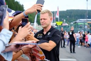 Kevin Magnussen, Haas F1 team signs autograph for the fans