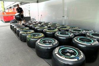 Un membro del team AMG Mercedes F1 sui pneumatici Pirelli