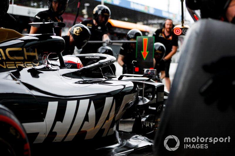 Romain Grosjean, Haas F1 Team VF-19, fa un pit stop durante le prove