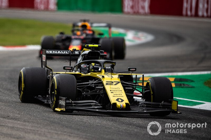 Nico Hulkenberg, Renault F1 Team R.S. 19, precede Max Verstappen, Red Bull Racing RB15