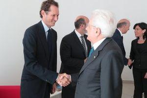 John Elkann, Presidente di Ferrari, stringe la mano al Presidente Mattarella