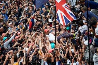 Lewis Hamilton, Mercedes AMG F1 celebra su victoria sobre los fans