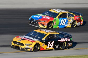 Clint Bowyer, Stewart-Haas Racing, Ford Mustang Rush Truck Centers / Haas Automation and Kyle Busch, Joe Gibbs Racing, Toyota Camry M&M's Toyota Camry