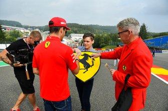 Charles Leclerc, Ferrari, firma un autografo a un tifoso