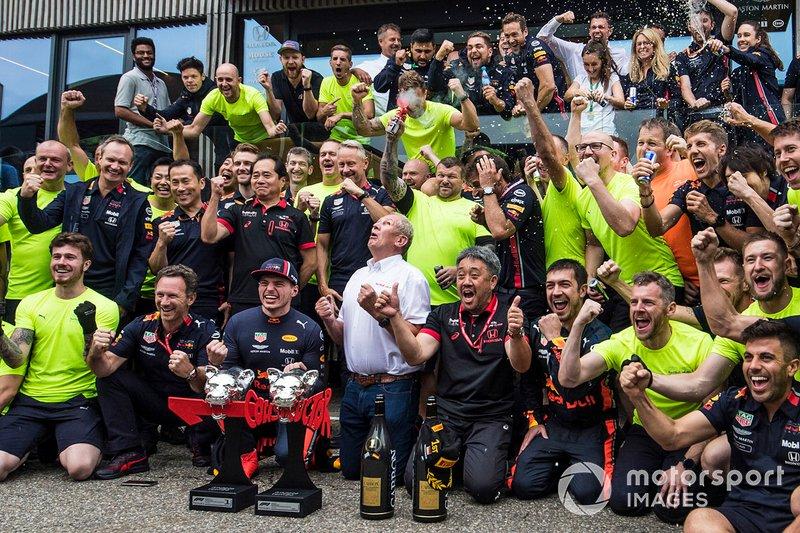 Max Verstappen, Red Bull Racing, 1° classificato, Helmut Marko, Consulente, Red Bull Racing, Masashi Yamamoto, General Manager, Honda Motorsport, e il team Red Bull, festeggiano la vittoria
