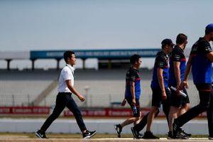 Naoki Yamamoto walks the track with Daniil Kvyat, Toro Rosso and his mechanics