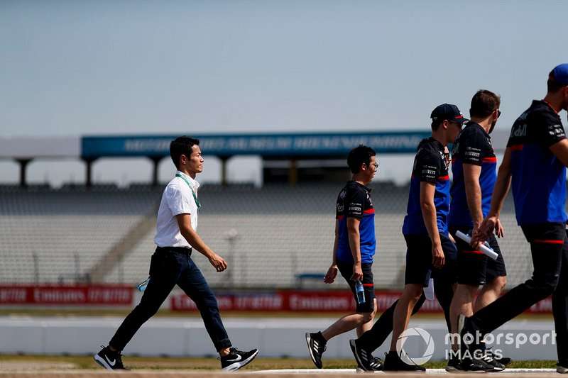Naoki Yamamoto walks the track with Daniil Kvyat, Toro Rosso and his mechanics