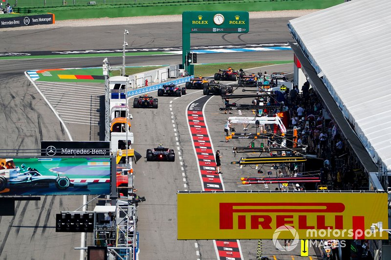 Carlos Sainz Jr., McLaren MCL34, Max Verstappen, Red Bull Racing RB15, Lando Norris, McLaren MCL34, Alexander Albon, Toro Rosso STR14, Nico Hulkenberg, Renault F1 Team R.S. 19, and Pierre Gasly, Red Bull Racing RB15, queue to leave the pits