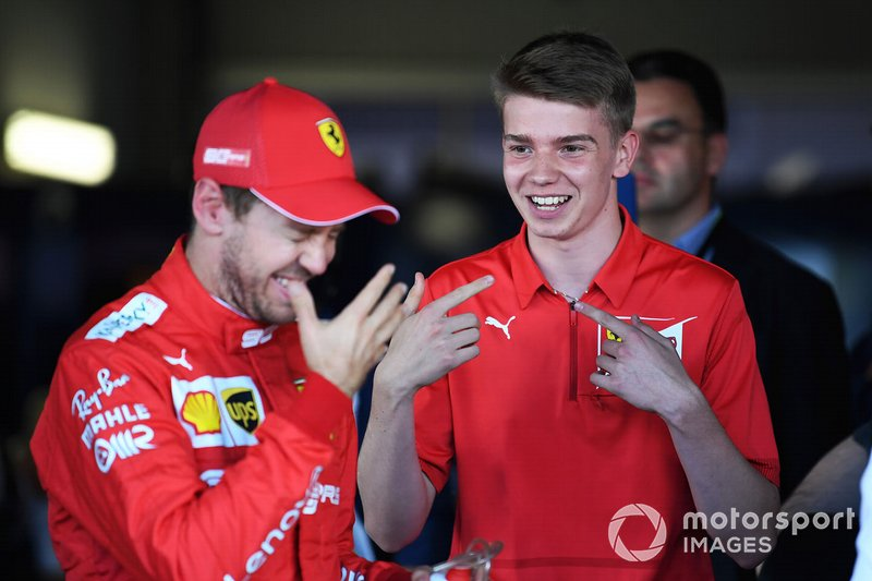 Sebastian Vettel, Ferrari, met Ferrari Driver Academy en F3-coureur Marcus Armstrong