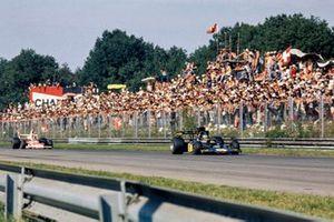 Ronnie Peterson, Lotus 72E Ford precede Emerson Fittipaldi, McLaren M23 Ford