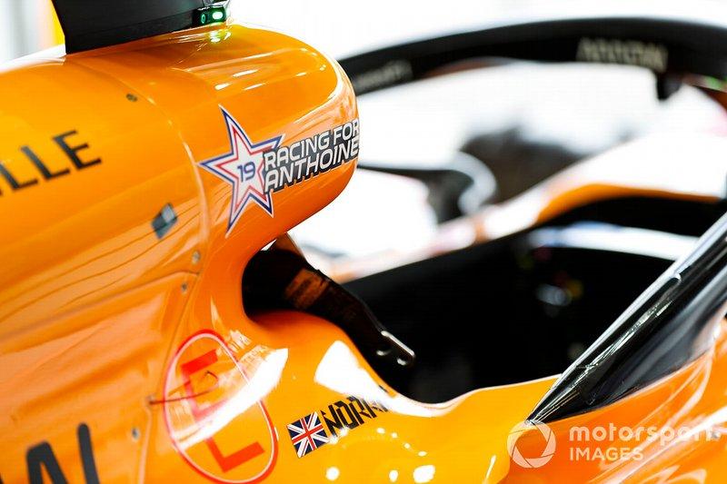 El logo de Racing for Anthoine en el McLaren MCL34 en homenaje al fallecimiento del piloto de F2 Anthoine Hubert