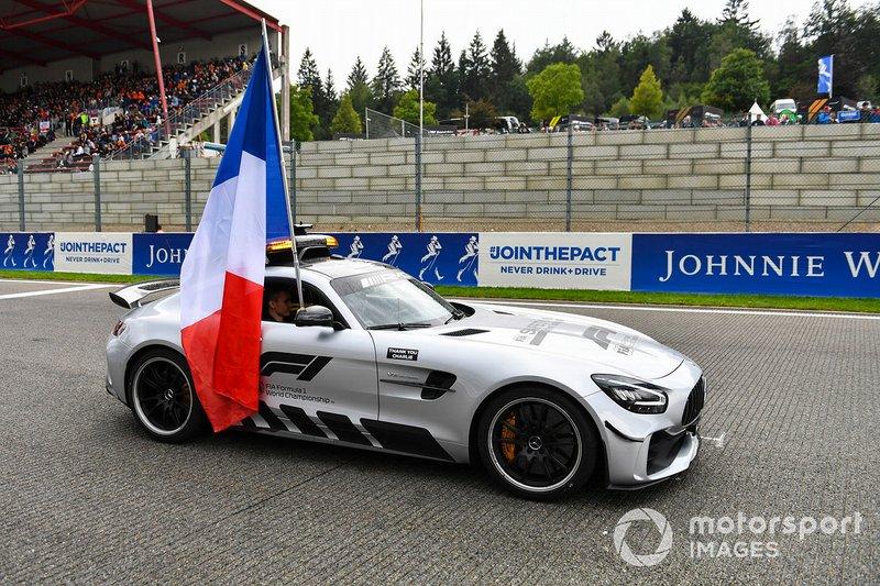 Coche de seguridad con bandera francesa para el memorial de Anthoine Hubert en el desfile de conductores