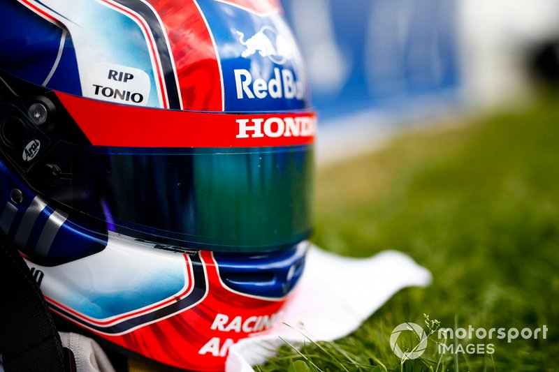 The helmet of Pierre Gasly, Toro Rosso, with a message paying respects to Anthoine Hubert