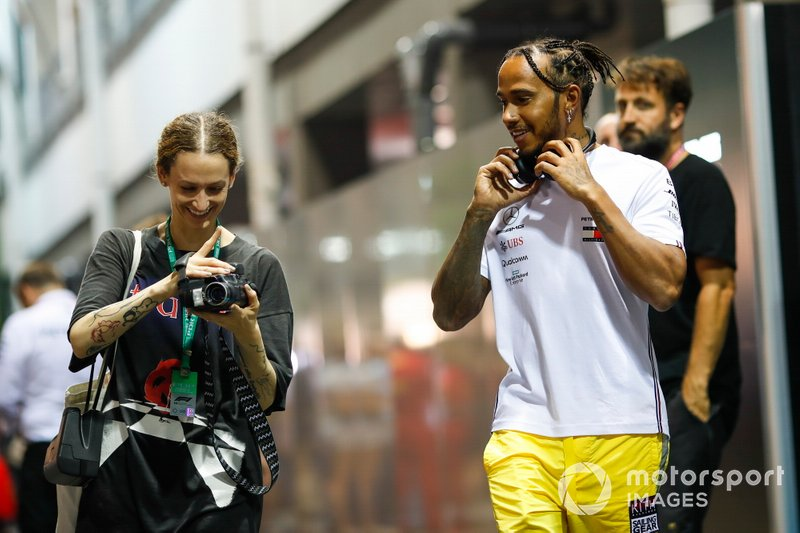 Lewis Hamilton, Mercedes AMG F1, incontra un fan