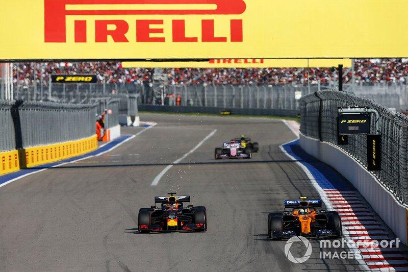 Lando Norris, McLaren MCL34, precede Max Verstappen, Red Bull Racing RB15