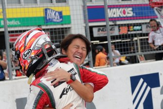 Гонщик Kondō Racing Кента Ямасита и руководитель команды Масахико Кондо