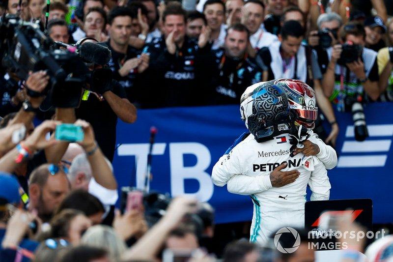 Ganador de la carrera Lewis Hamilton, Mercedes AMG F1 W10, celebra en Parc Ferme con el segundo lugar Valtteri Bottas, Mercedes AMG F1