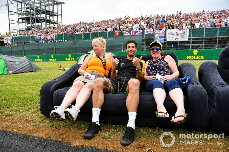 Daniel Ricciardo, Renault F1 Team with fans on the start/finish straight