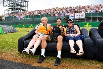 Daniel Ricciardo, Renault F1 Team with fans on the start/finish straight