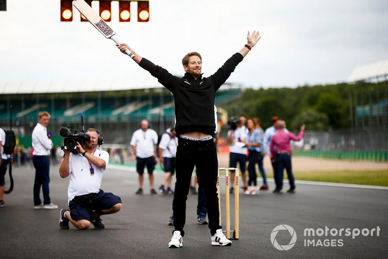 Romain Grosjean, Haas F1, jugando a cricket
