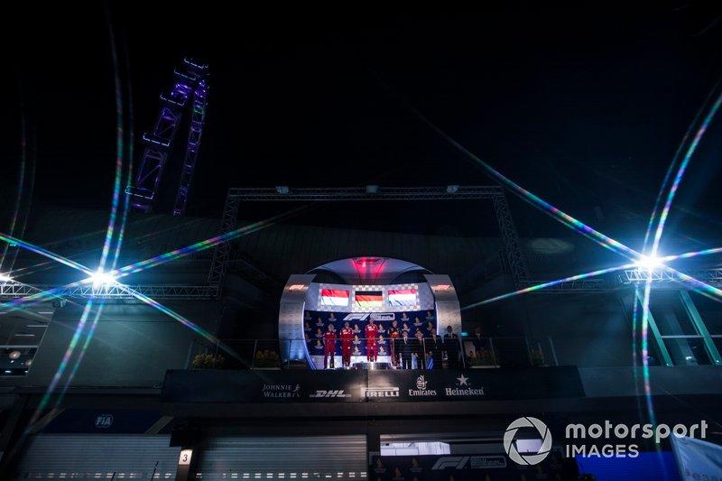 Charles Leclerc, Ferrari, il vincitore della gara Sebastian Vettel, Ferrari e Max Verstappen, Red Bull Racing sul podio