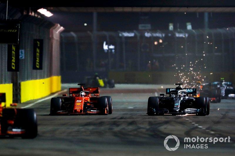 Charles Leclerc, Ferrari SF90 lidera Sebastian Vettel, Ferrari SF90 y Lewis Hamilton, Mercedes AMG F1 W10