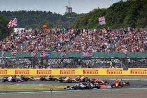 Valtteri Bottas, Mercedes AMG W10, voor Lewis Hamilton, Mercedes AMG F1 W10, en Charles Leclerc, Ferrari SF90, bij de start