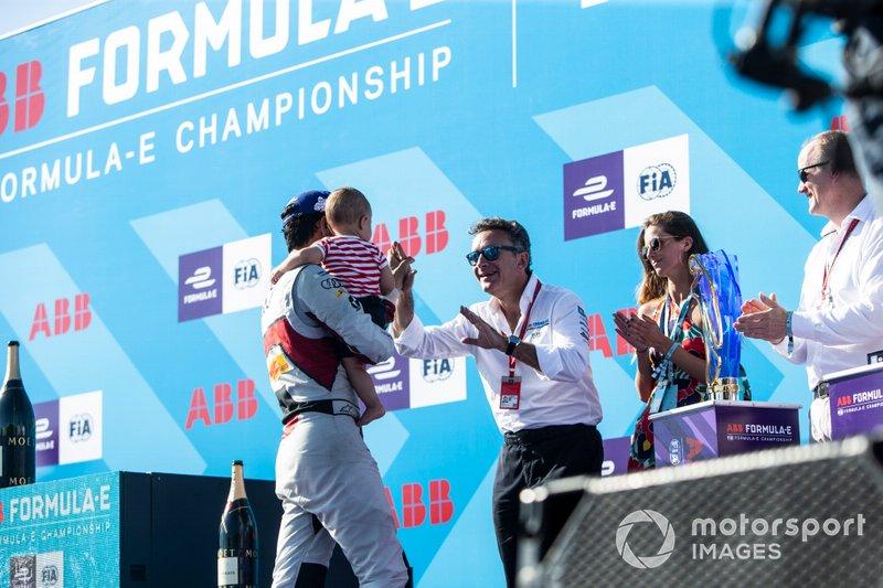 Alejandro Agag, CEO, Formula E si congratula con Lucas Di Grassi, Audi Sport ABT Schaeffler, con il figlio Leonardo sul podio