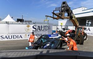 Marshal's remove the car of Gary Paffett, HWA Racelab, VFE-05, from the barrier