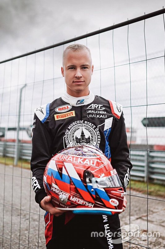Гонщик ART Grand Prix Никита Мазепин со шлемом в новом окрасе