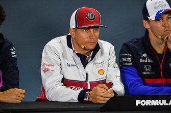 Kimi Raikkonen, Alfa Romeo Racing, and Daniil Kvyat, Toro Rosso