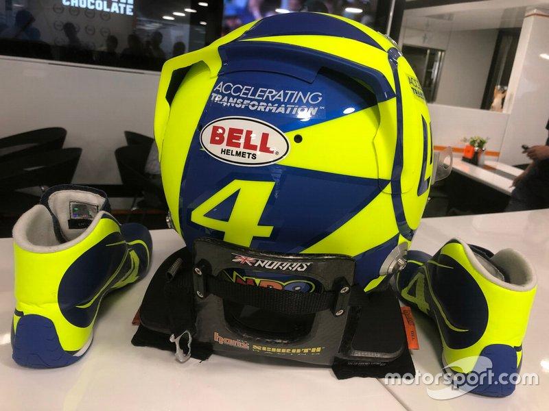 Шлем гонщика McLaren Ландо Норриса в цветах Валентино Росси