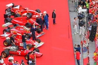 Antiguos pilotos de Ferrari F1 entre algunos coches clásicos de Ferrari F1