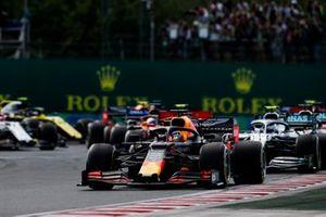 MvMax Verstappen, Red Bull Racing RB15 leads Valtteri Bottas, Mercedes AMG W10 at the start of the race