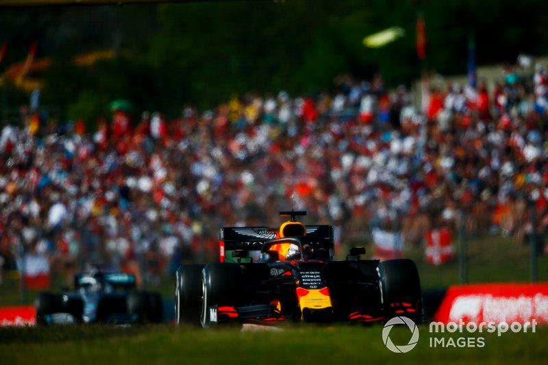 Max Verstappen, Red Bull Racing RB15, precede Lewis Hamilton, Mercedes AMG F1 W10